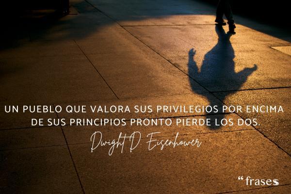 Frases de valores y principios - Un pueblo que valora sus privilegios por encima de sus principios pronto pierde los dos.