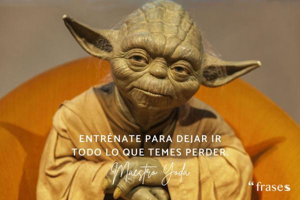 Frases de Yoda - Entrénate para dejar ir todo lo que temes perder.