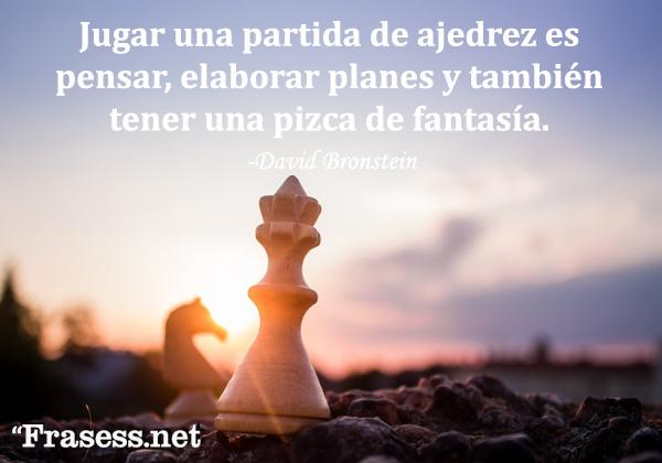 Frases de ajedrez - Jugar una partida de ajedrez es pensar, elaborar planes y también tener una pizca de fantasía.