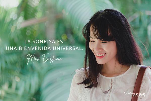 Frases de plenitud emocional - La sonrisa es una bienvenida universal.