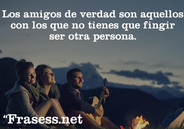 Frases positivas para subir el ánimo cada día - Los amigos de verdad son aquellos con los que no tienes que fingir ser otra persona.