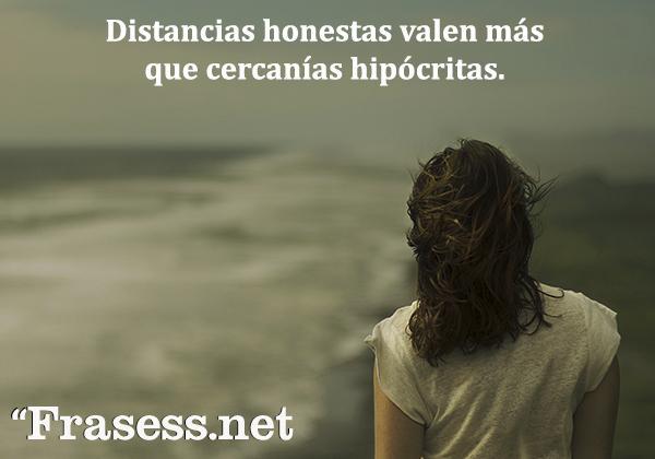 Frases para personas tóxicas - Distancias honestas valen más que cercanías hipócritas.