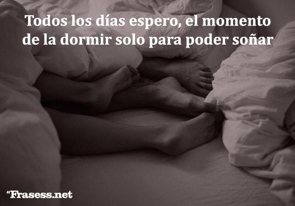 Frases de buenas noches originales y divertidas - Todos los días espero, el momento de la dormir solo para poder soñar contigo.