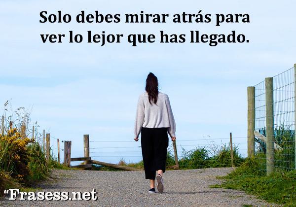 Frases de empoderamiento femenino - Solo debes mirar atrás para ver lo lejos que has llegado.