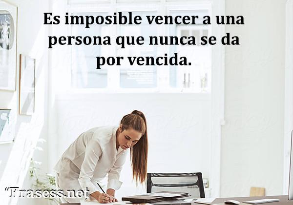 Frases de motivación laboral - Es imposible vencer a una persona que nunca se da por vencida.