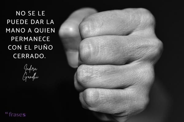 Frases revolucionarias - No se le puede dar la mano a quien permanece con el puño cerrado.
