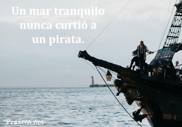 Frases de piratas - Un mar tranquilo nunca curtió a un pirata.