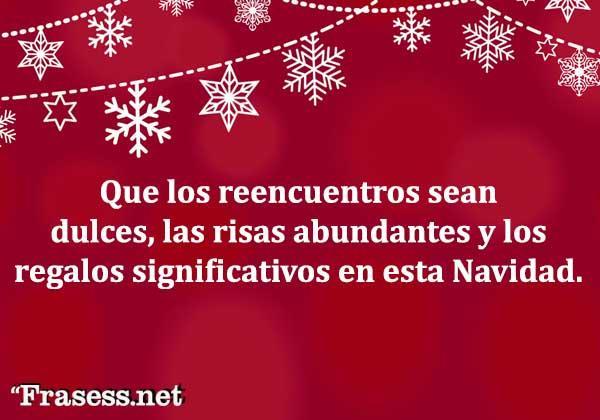 Frases de Navidad - Que los reencuentros sean dulces, las risas abundantes y los regalos significativos en esta Navidad.