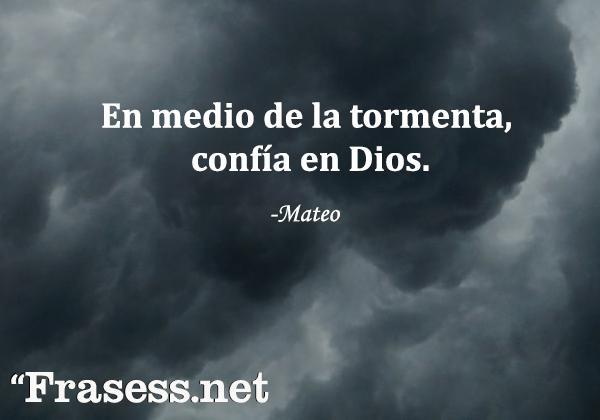 Frases de la Biblia para inspirarse - En medio de la tormenta, confía en Dios.