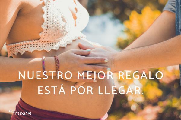 Frases graciosas para anunciar un embarazo - Nuestro mejor regalo está por llegar.