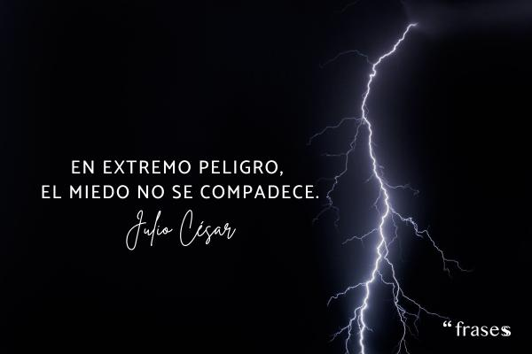 Frases de Julio César - En extremo peligro, el miedo no se compadece.