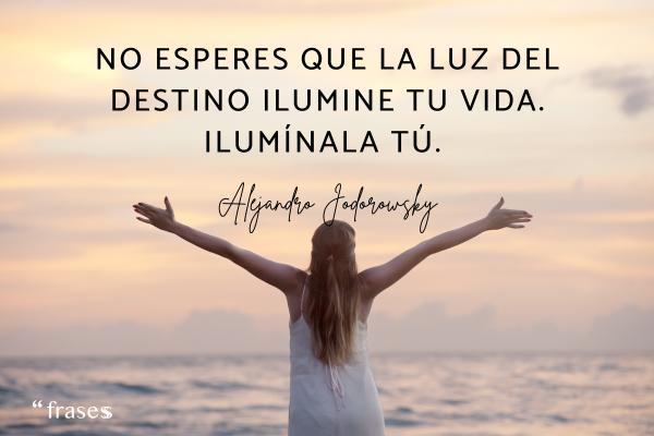 Frases del destino - No esperes que la luz del destino ilumine tu vida. Ilumínala tú.