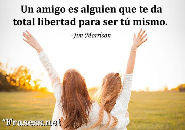 Frases de hermandad - Un amigo es alguien que te da total libertad para ser tú mismo.